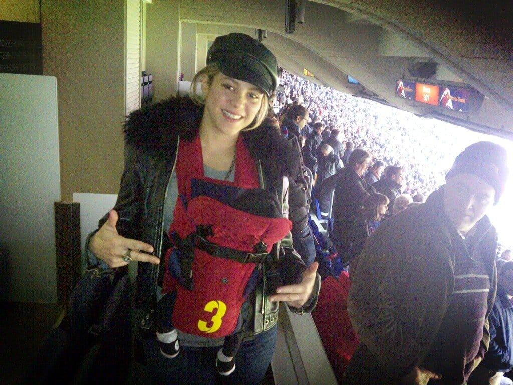 Shakira con una mochila no ergonómica