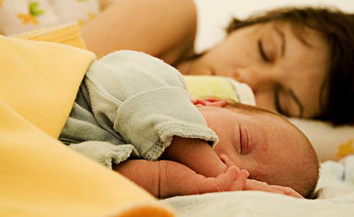 recién nacido luchando comer por la noche
