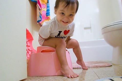 Bebé usando el orinal