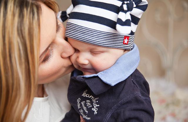 Mamá besando bebé