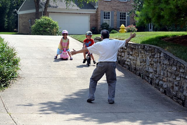 Abuelo jugando con los nietos