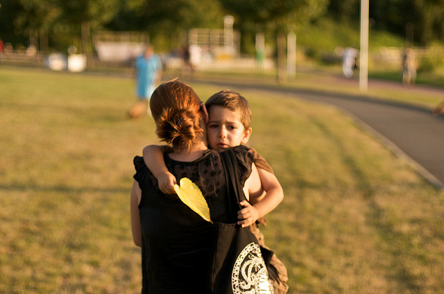 Abrazo niño triste