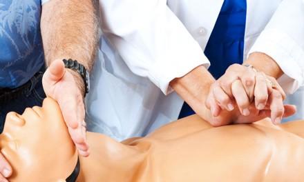 Cómo realizar la reanimación cardiopulmonar en bebés y niños
