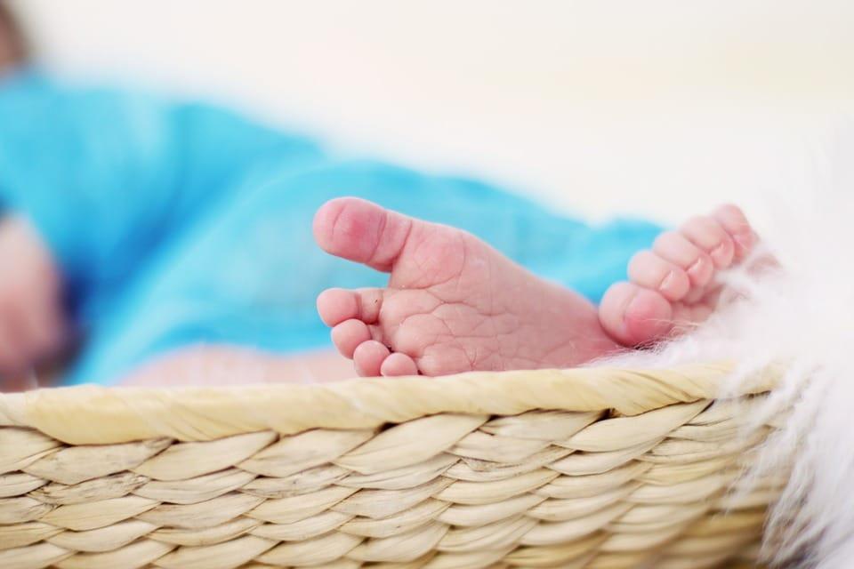 Pies descalzos de bebé