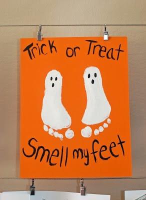 Manualidad Halloween fantasmas con la huella de los pies