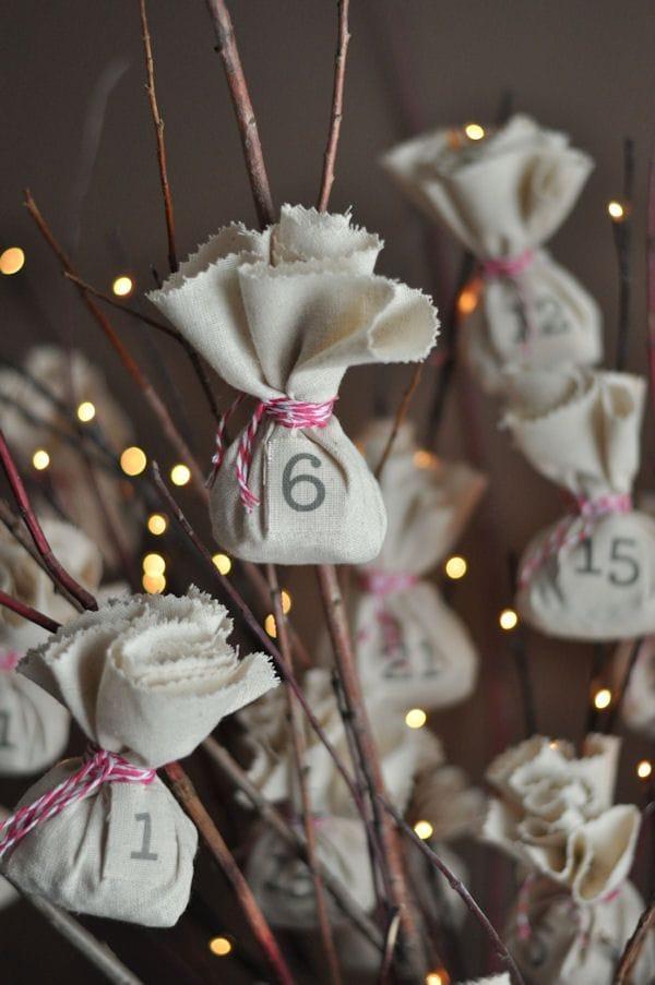 Calendario de Adviento hecho con saquitos de tela