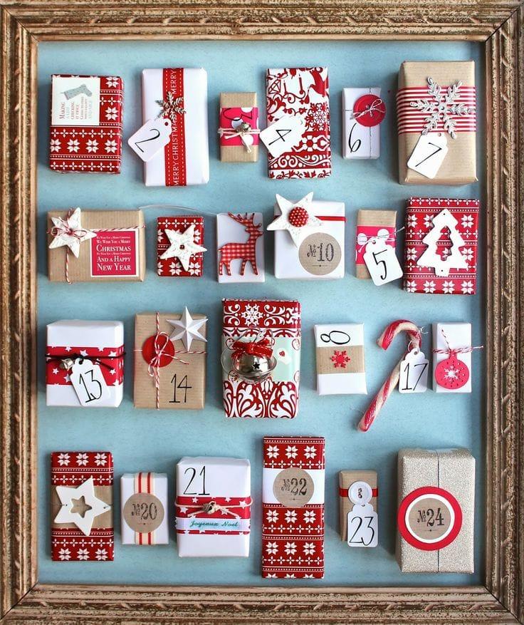 Calendario de Adviento con un marco grande y cajitas decoradas