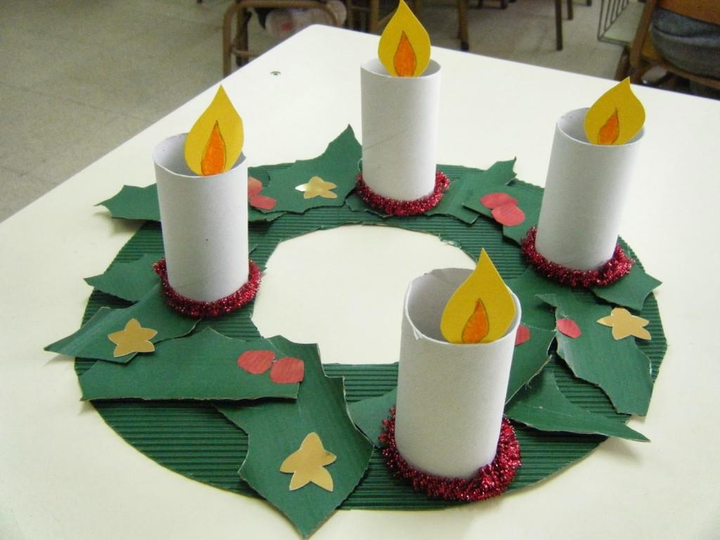 Corona de Adviento para niños con rollos de papel higiénico