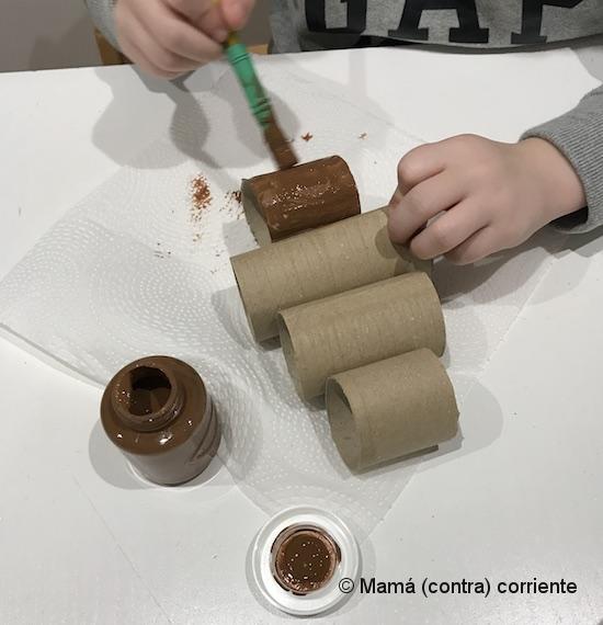 Manualidad de Navidad con niños: Árbol de Navidad con rollos de papel