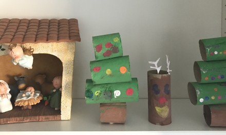 Manualidad de Navidad para niños: Árbol de Navidad con rollos de papel