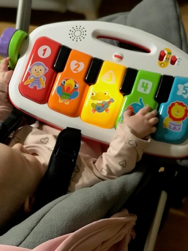 Gimnasio-piano pataditas Fisher Price en el carro
