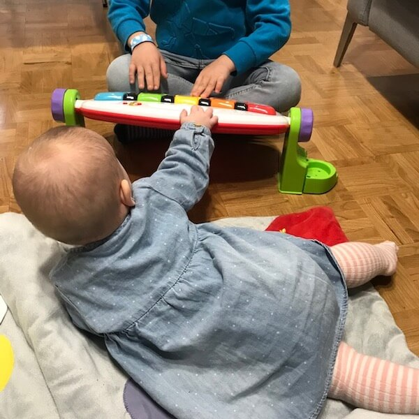 Gimnasio-piano pataditas Fisher Price - sentado