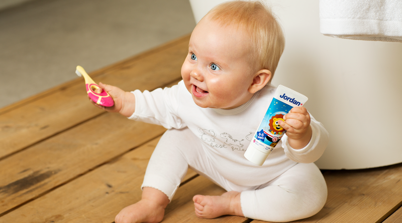 Cuándo y cómo empezar a cepillar los dientes a tu bebé